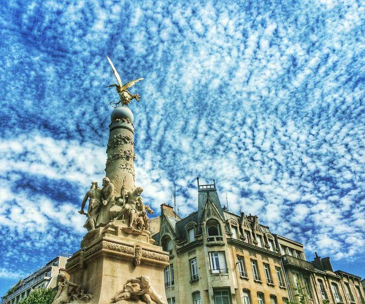 L'ultimo saluto a Reims stamattina prima di fare tappa a Epernay e poi. Orrore in Bourgogne. (La fontaine Subé l'Angelo d'oro che sembra vegliare sulla città. Stupendo di giorno meraviglioso di notte). #reims #champagne #architecture #citycenter #france #champagneardenne #amazing #clouds #cloudporn #cityview #travelgram #travel #welivetoexplore #sky