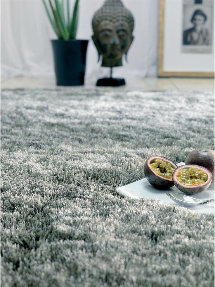 http://www.benuta.de/hochflor-teppich-whisper-grau-3-1.html Der Hochflor-Teppich Whisper ist unser absoluter Topseller! Mit seinem weichen und dichten Flor schafft er eine gemütliche Atmosphäre. Das pflegeleichte Polyestergarn glänzt im Licht und sorgt für changierende Farbeffekte, die jedem Raum das gewisse Etwas verleihen. Der hübsche Shaggy-Teppich ist in einer großen Auswahl verschiedener Farben und Formen erhältlich und zudem unschlagbar günstig.