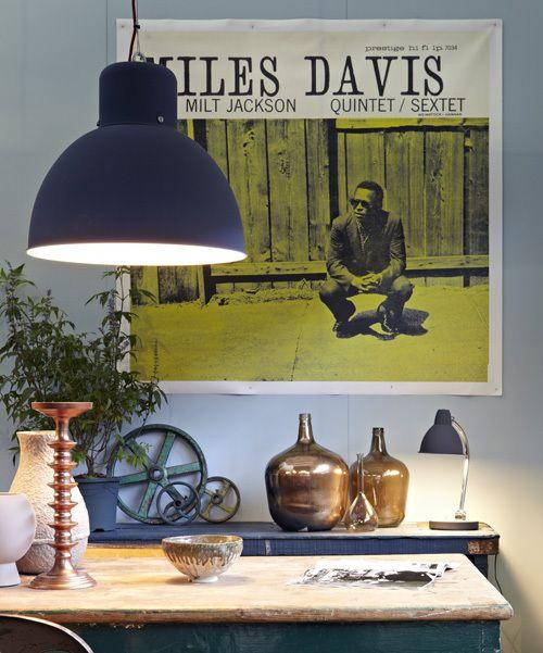 Laat een (oude) elpeehoes scannen, vergroten en printen op canvas of – en dat is budgetvriendelijker – op papier. Hang het op je muur en je hebt een blikvanger van jewelste. Deze print van het album van Miles Davis lieten we maken bij www.repros.nl. - VTwonen
