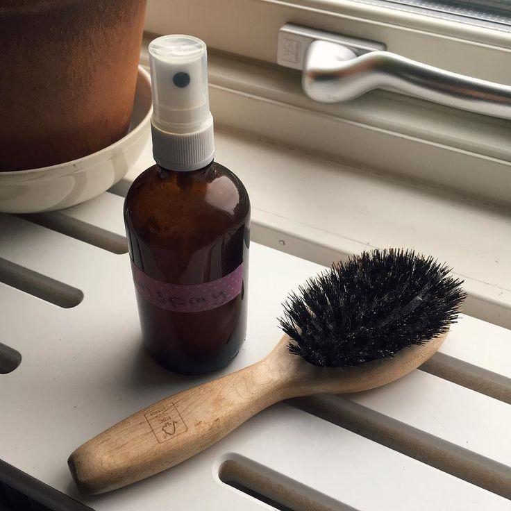 Hemgjort balsamspray med ringblomma kamomill äpplecidervinäger aloe vera och arganolja. Fungerar utmärkt till barnens trassel. Funderar på att knåpa ihop en schampotvål på kokosolja med äpplecidervinäger brännässla och läkemalva.   Homemade hair detangler with calendula chamomile apple cider vinegar aloe vera and argan oil. Works like a charm with my daughters curls. Next thing up to DIY is some kind of shampoo bar made with coconut oil and apple cider vinegar nettle and marshmallow root…