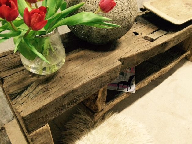 Ein ach so schöner und rustukaler Eichentisch aus 300 Jahre alten Eichenbalken. Die Balken sind 6 cm und massiv. Wunderschön als Sideboard, Fernsehbank oder Konsole. Das Holz wurde gestrahlt,...