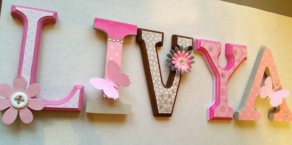 Prénom avec lettres en bois décorées de 15cm/ 6 par MissiCreation