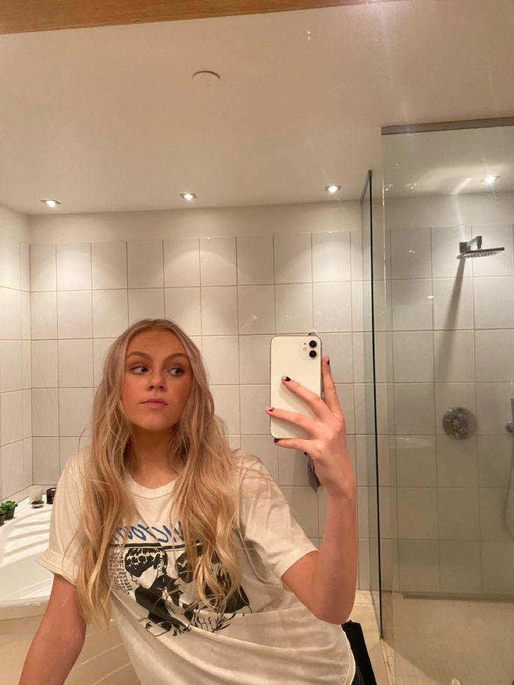 Mirror selfie in 2020   Mirror selfie poses, Mirror selfie