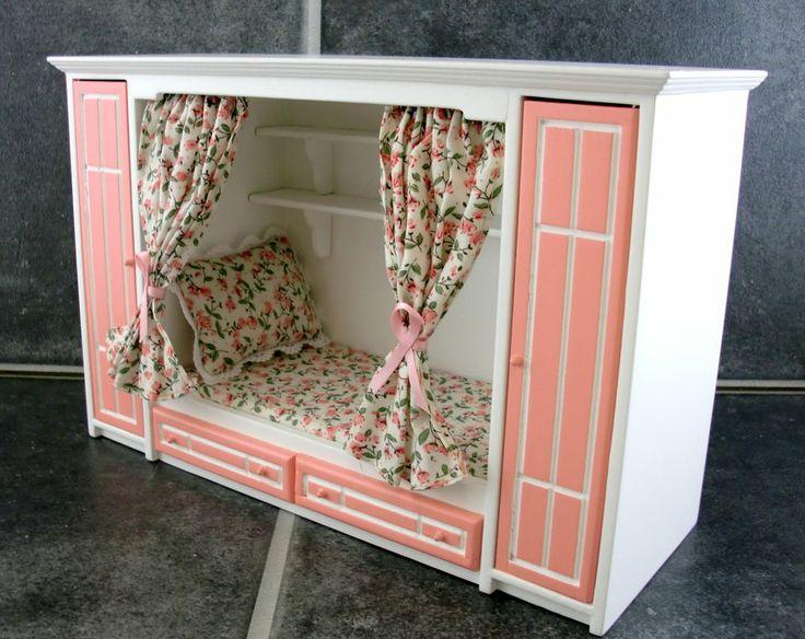 Zo'n bed hadden mijn ouders voor mij gemaakt vroeger. Tussen twee kledingkasten, met een plank erboven waaraan de rails met gordijnen vastzat. Leukste bed ooit. Nu zoek ik hedendaagse variant en alles wat ik kan vinden is dit poppenhuismodel!