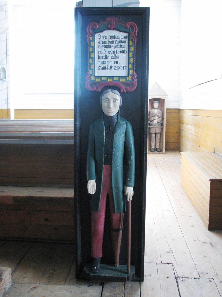 Ahtärin kirkon vaivaisukko. Sen säilytyspaikka lienee nykyisin kirkon sisällä. Tämä kuva on otettu 23.6.2013 Kerimäen kirkossa vaivaisukkonäyttelyssä.