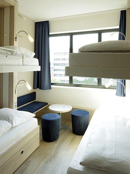 Einblick in eines der modern eingerichteten Gruppenzimmer für 4 Personen | H2 Hotel am Alexanderplatz am Berlin