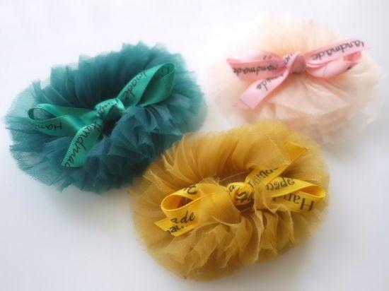 レトロガーリーなチュールモチーフとリボンのヘアクリップ - ヘアピン・ヘアゴム・ヘアバンドならヘアアクセリー通販のネネズデコ キッズ(子ども)ベビー(赤ちゃん)新生児から使えるヘアアクセサリーもご用意。ご出産のお祝いやお誕生日、初節句にお名前入りヘアバンドも人気です。