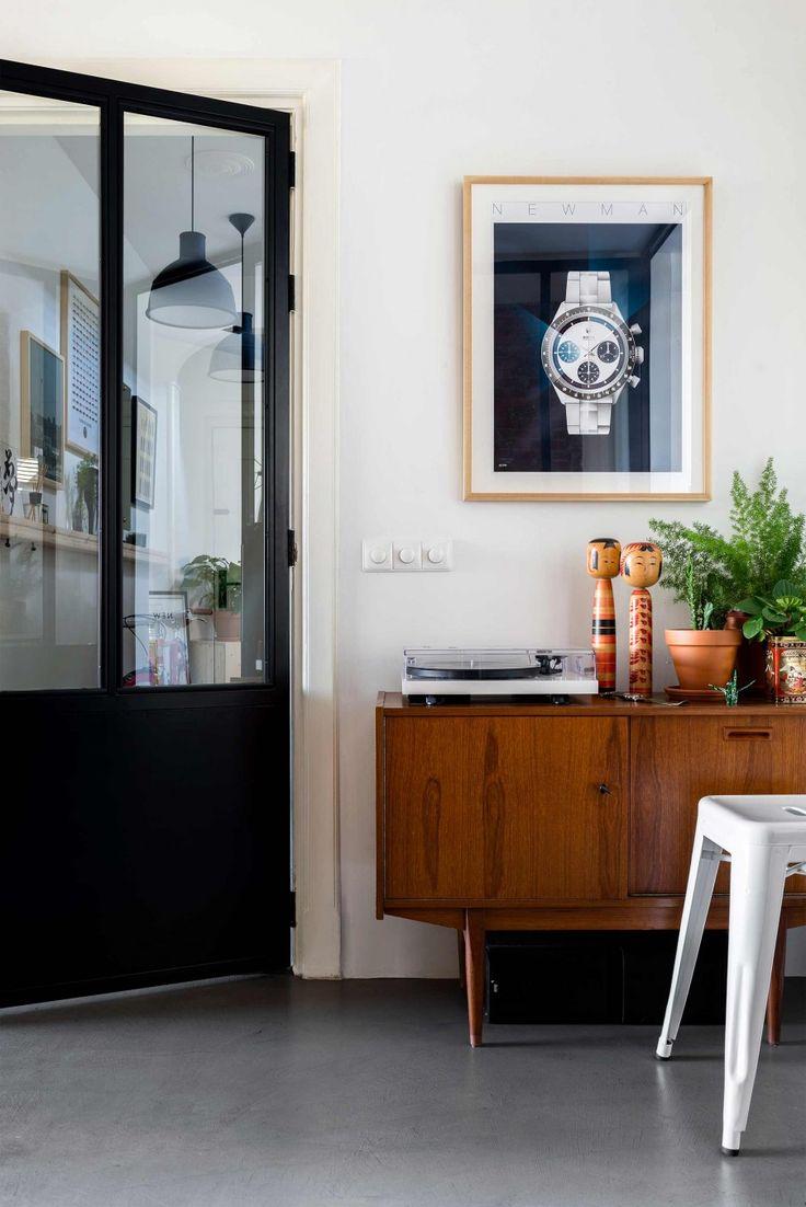Stalen deur met vintage dressoir | Steel doors with vintage cabinet | vtwonen 10-2017 | Fotografie Stan Koolen