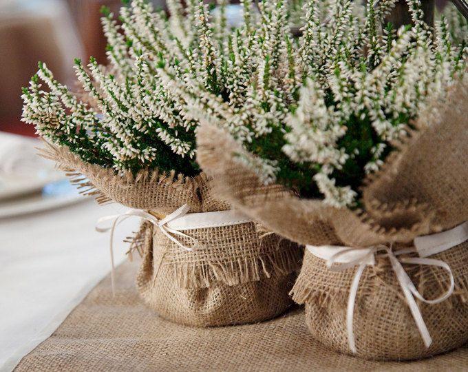Decorazione di nozze rustico, impacco pianta della tela da imballaggio con cravatta in raso, bomboniera e drammatica centrotavola