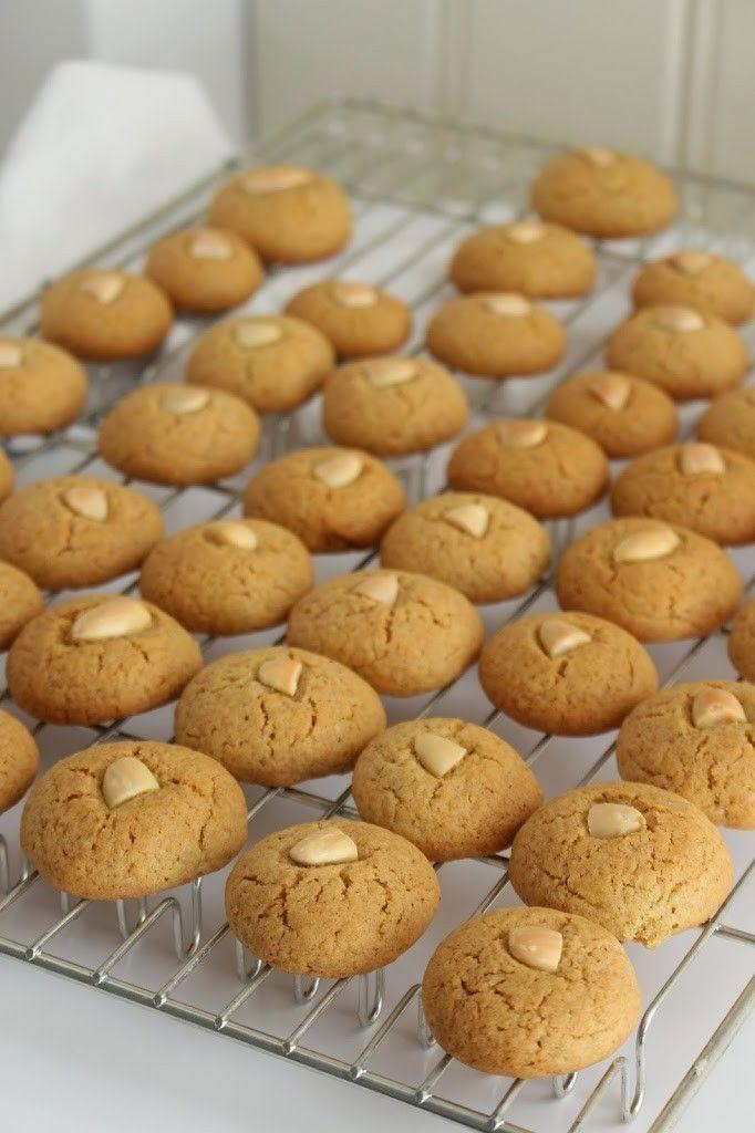 Klassiske peppernøtter er enkelt og godt å bake til jul. De smaker litt som pepperkaker, men er formet som runde kaker, toppet med mandler. Disse sprø og smakfulle julekakene er en av jules favoritter og er populære blant både store og små. Peppernøtter: 30 stk 125 g smør, romtemperert 1 dl sukker 1 egg 4 …