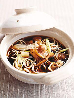 Рецепт «Грибная лапша» из книги «100 вегетарианских блюд». Этот рецепт из раздела «Супы». #recipe #cookbooks #cookbooksru