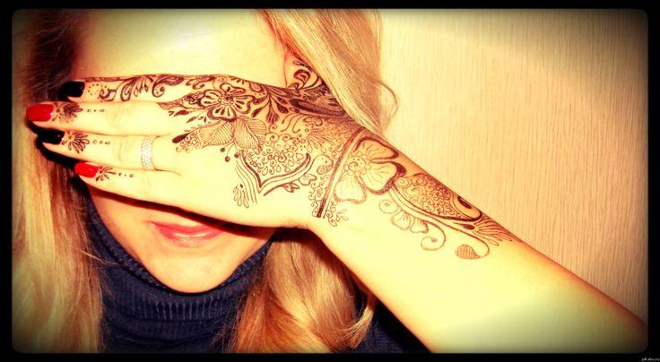 Мехенди — это искусство росписи тела с помощью пасты из листьев хны. Традиция мехенди зародилась на территории стран Ближнего Востока. Это очень естественный, натуральный и безопасный способ украсить свое тело.