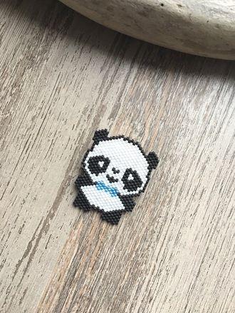 Mes animaux Kawaii : Mademoiselle Panda Broche avec perles Miyuki delicas 11/0 ... 100% fait main ! Composition : - Perles : Noir , Blanc et Bleu - Broche : Argent Taille - 20041106