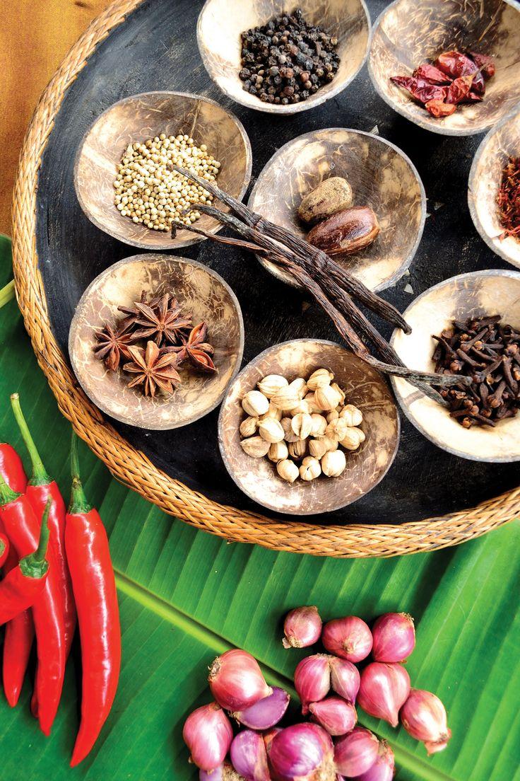 Hint, Portekiz, Arap, Hollanda ve İngiliz mutfaklarının etkisindeki Endonezya mutfağı, dünyanın en zengin çeşnili ve en lezzetli mutfaklarından biri. Her adaya özgü değişik yemekler var. Ama tüm Endonezyalılar sabah da dahil her öğün mutlaka pirinç yiyorlar. Soslar ve baharatlar çok önemli; öyle ki erkekler evlenirken iyi acı sos yapan eş seçiyorlar.