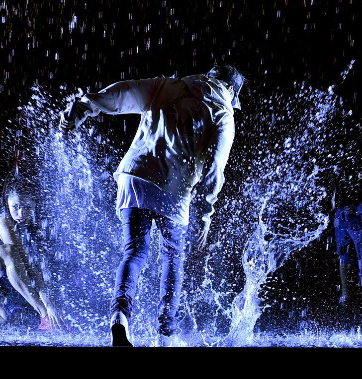 Pin for Later: Justin Bieber Has a Kinda Weird, Kinda Cool Wet Sweatshirt Contest at the AMAs