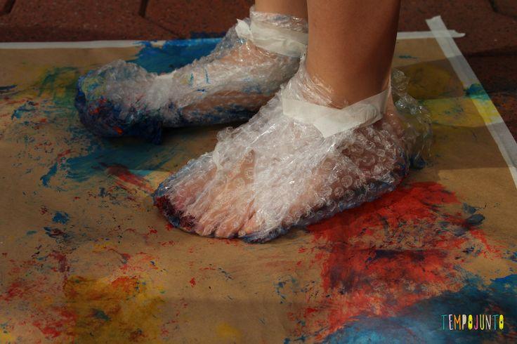 Pintura com plástico bolha nos pés pra divertir a garotada - pintura com o pé e plástico bolha