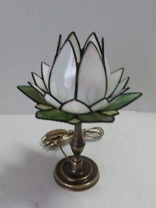 Lampada-da-tavolo-abat-jour-con-base-in-ottone-e-vetro-tiffany-tulipano-bianco