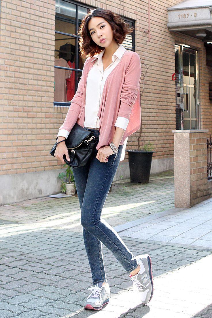 Este es una camiseta y un chaleco con unos jeans por escuela. Los jeans son tela vaqueras y la chaleco es rosado. Me gusta los jeans porque es mi favorito moda.