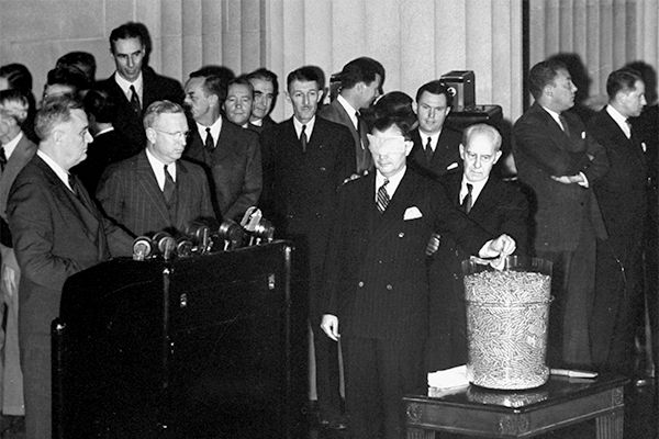 29 Oct 40: For the first time in American history, a peacetime draft begins. A lottery system is used to select men to serve for twelve months. Secretary of War Henry Stimson, blindfolded, reaches into a bowl and pulls out the first capsule. From a nearby podium, FDR announces the number drawn: 158. Across the country, 6,175 young men hold that number. #WWII