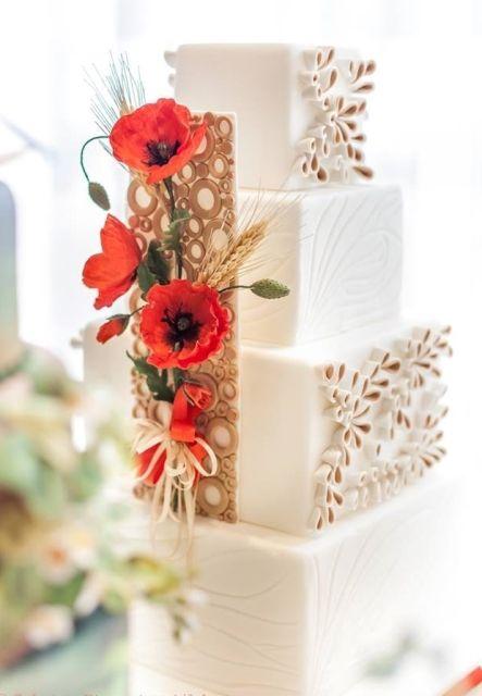 I papaveri sono i fiori che colorano, dal mese di maggio, i campi di tonalità sgargianti. Ecco come portarli sulla vostra tavola rivestiti di zucchero.  Occorrente: tre torte quadrate nelle misure 15-20-25, h 12, 1 vassoio rivestito con la pasta di zucchero bianca della misura di...
