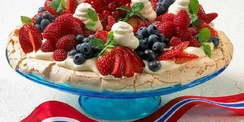 Pavlova til 17. mai - Pavlova er en flott festkake som er enkel å lage. Marengs, krem og friske bær er alt som skal til.