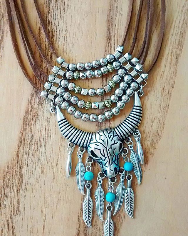 Jueves Collar de gamuza sintética c/ dije #toro #gracielaalvarezaccesorios #gracielaalvarez #itgirl #handmade #handmadejewelry #jewelry #jewellery #freestyling #gypsysoul #hipster #trendy #streetstyle #totallook