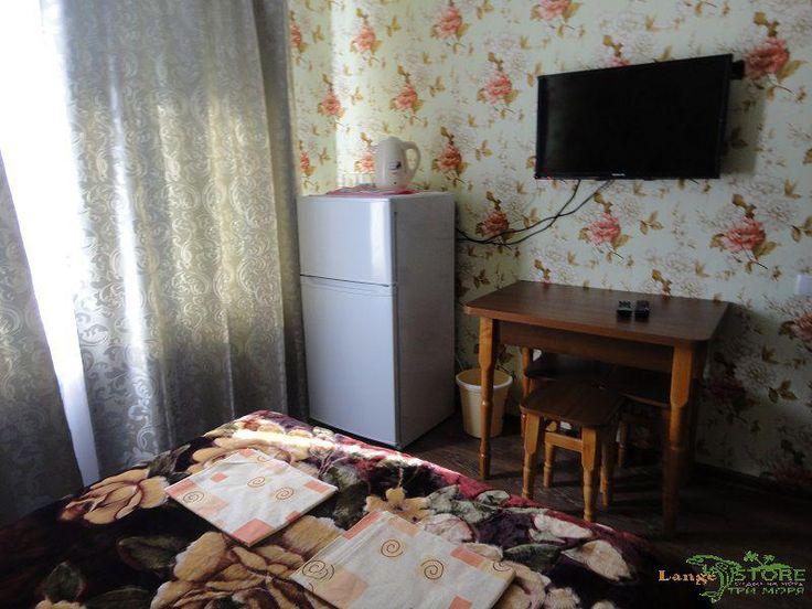 Сдаются комфортабельные номера в гостевом доме в частном секторе на Северной стороне Севастополя - Крым. Комнаты на 2-3 человека, в т.ч. семейные номера,  с хорошей мебелью, в каждой комнате телевизор со спутниковым телевидением, WI-FI, холодильник, чайник, общая оборудованная кухня, три сан. узла (холодная, горячая вода постоянно, отопление в зимний период) . Рядом магазины, кафе, остановка общественного транспорта. Пляжи