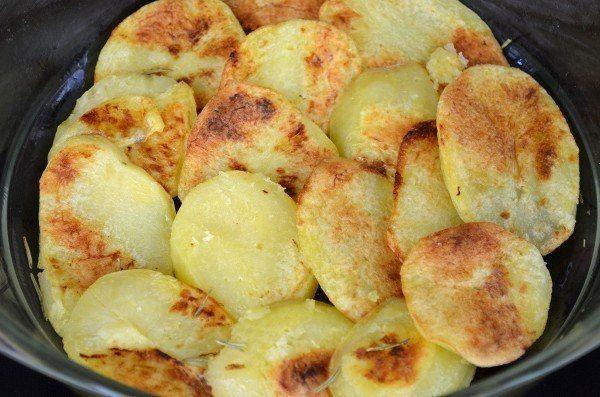 Отличный рецепт приготовления ароматной картофельной запеканки с фаршем и овощами.Ингредиенты7 шт. картофель1 кг. мясной фарш (свинина)100 гр. сыр (твердый)1 шт. морковь10 шт. помидоры (черри)1/2 пучк...
