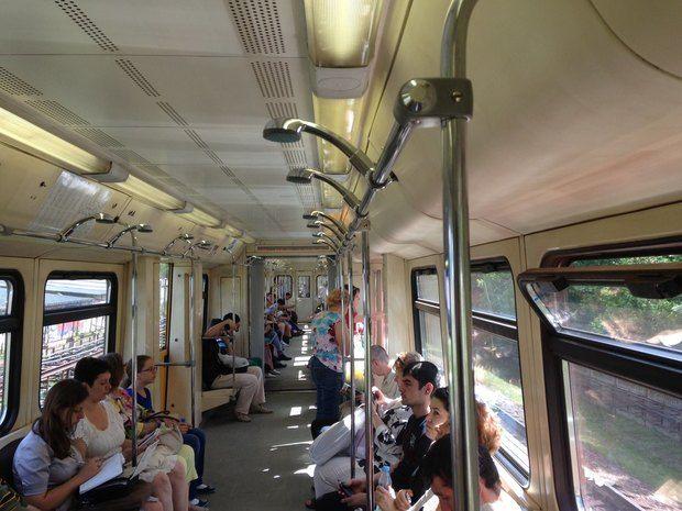 В вагоне московского метро установили душ. Изображение №1.