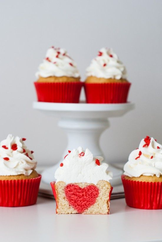 Cupcakes Surprise Heart Inside | Lilie Bakery http://liliebakery.fr/cupcakes-st-valentin-coeur-inside/