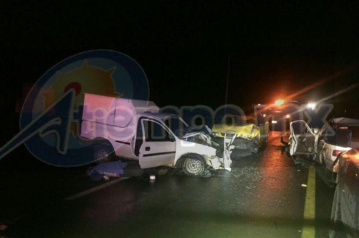 El accidente se registró la noche del lunes en el kilómetro 111 de la carretera nacional Morelia-Jiquilpan, donde una camioneta Chevrolet Tornado se impactó de frente con una camioneta Nissan ...