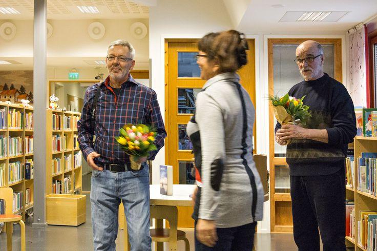 Kevätkokous Ivalossa 2014. Tapahtumaa täydensi luontovalokuvaaja Pertti Turusen Erämeri-valokuvanäyttelyn avajaiset.  Tilaisuuden päätteeksi Pertti Turunen (vasemmalla) ja Seppo Saraspää kukitettiin. Kuva: Tero Ronkainen.