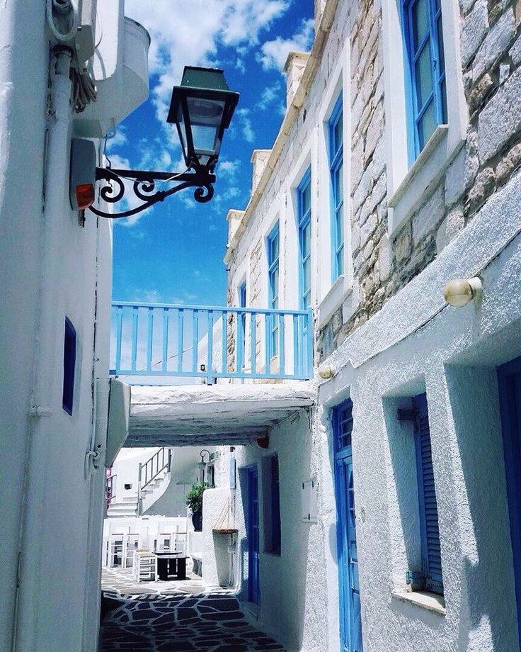 Charming streets in Naoussa... 💙🇬🇷 ________________________________________ #parosadventures #paros #naoussa #streetstyle #streets #streetphotography #whiteandblue #islandlife #fromgreecewithlove #summer #holidays #vacation
