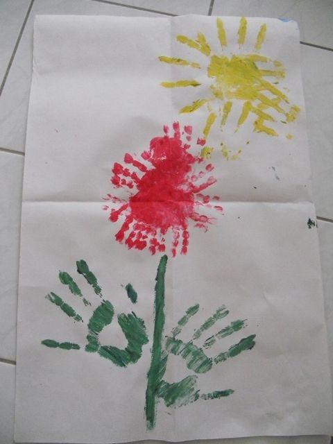 květina z otisků ruky