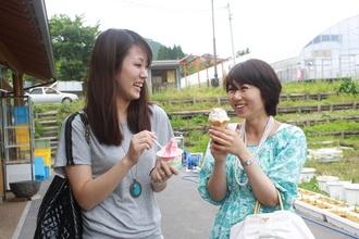 Okayama|Kagamino|岡山(岡山) 鏡野(かがみの)|山田養蜂場 みつばち農園| ソフトクリーム目的の来園者も多い、注目のはちみつソフトクリームは、山田養蜂場のそば蜂蜜が粒状に入っています。まろやかな舌触りで、濃厚なのに爽やかな風味の、これまでにない美味しさです。