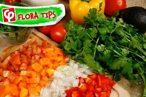 Κόβετε τα λαχανικά και τα μυρωδικά μόνο όταν είστε έτοιμοι να τα χρησιμοποιήσετε! Όταν τα κόβετε πολύ νωρίτερα, χάνουν τη διατροφική τους αξία.  #FloraTips #FloraSuperMarkets