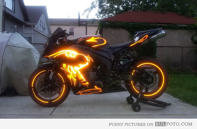 Cool Motorcycle Paint Jobs | Glowing motorcycle paint job on a Honda looking cool.