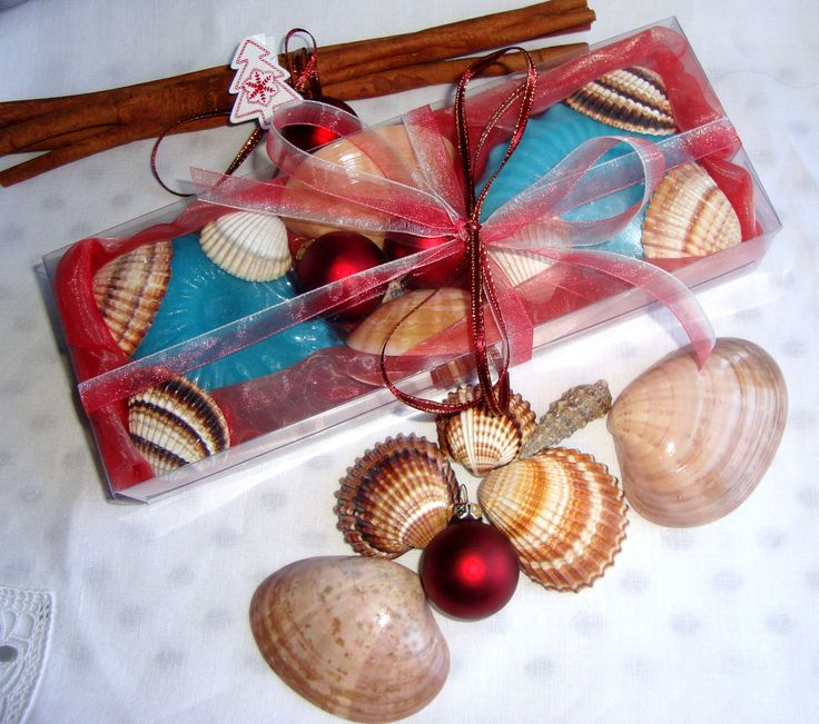 Summer in Winter and Christmas with beach memories: this year let's make the difference! Surprise your friends and relatives, your colleagues and your holiday guests by giving them this bright, vibrant and unusual gift !!!! Natural Greek Sea Shells found on the beaches of Paros island (Aegean Sea) in a Red Color very nice decorated Handmade Gift Set with two blue Decorative Royalty Scented Luxury Soaps and small decorative Christmas tree balls.