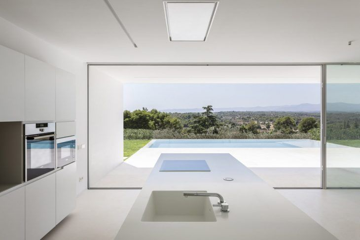Gallardo Llopis Arquitectos designed this stunning modern residence located in Valencia, Spain, in 2016. Take a look at the complete story after the jump. A parcel with irregular edges and a steep slope, enthroned upon a broad range of terraces sustaining a large amount of middle-aged olive trees. Over the horizon, the unspoiled views of …