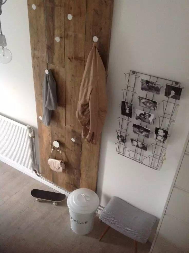 DIY -gör en egen klädhängare av brädor och några snygga knoppar. Lasera sedan brädorna i din favvokulör...
