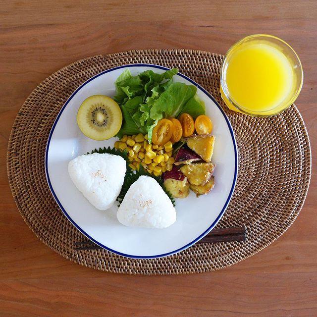 today's breakfast お弁当のおかずの残りなどで。おにぎりが大きすぎたので、次回からはもう一回り小さくしようと思います(^^;) 今朝は比較的時間に余裕があるので録画のベルばら鑑賞と軽くゲームして出社します。(生きがい) 今夜も時間に退社できるといいなぁ! #today #breakfast #healthyfood #yummy #yunyuncooking #foodpic #foodphoto #foodstagram #japanese #japanesefood #japanesestyle #washoku #onigiri #朝食 #朝ごはん #和食 #和定食 #ごはん #おにぎり