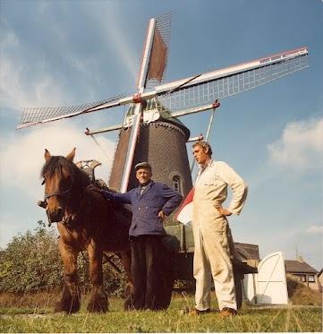 Molenaar Jac Nijs in 1972 voor molen De Nijverheid