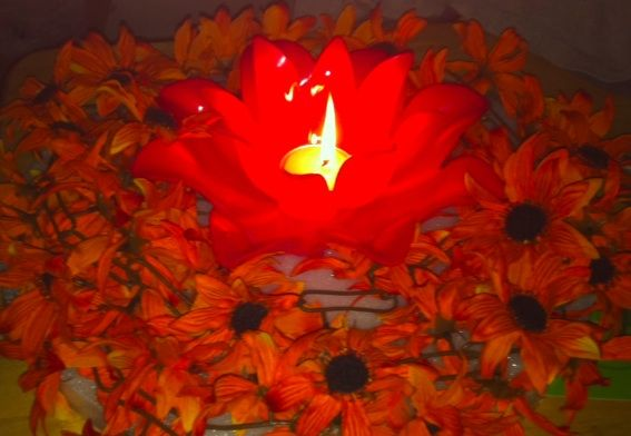 Home-made Floating Candle lit Flower Pool Decorations To Beautify Your Summer Party