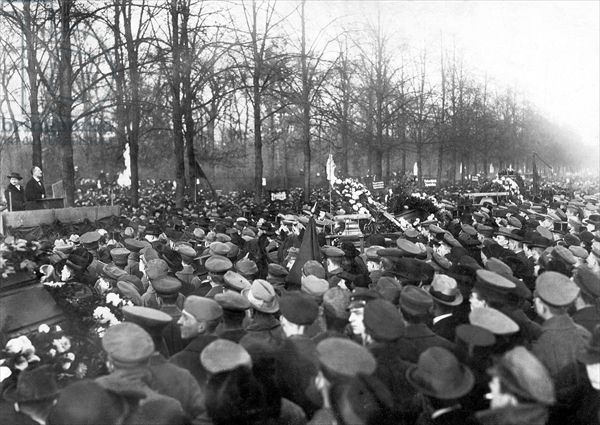 Karl Liebknecht giving a speech at the funeral for victims of the November Revolution, Berlin, 20 November 1918 (b/w photo)
