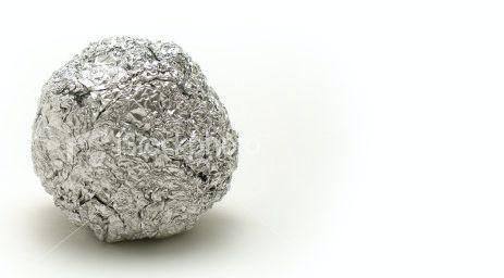Haz una bola de papel aluminio, agrega detergente a la olla y refriega la bola sobre ella; quedará como nueva.