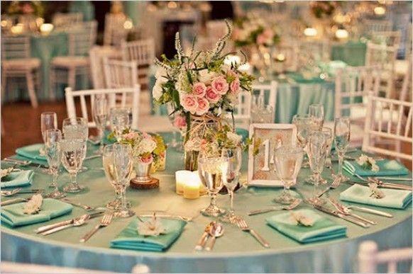 Decoración de mesas con velas y flores naturales en azul Tiffany