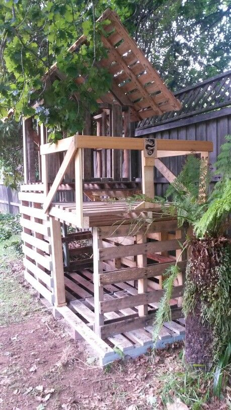 """Pallet fort, but no instructions. Looks like 7 pallets plus some extra wood for railings."""