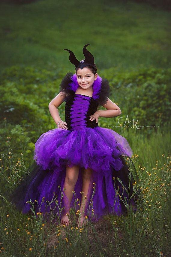 Cette robe tutu maléfique a 2 couches de tulle doublé pour lui donner ce look extra gonflée ! Le devant de la robe a un bpays de tulle mauve et noir ainsi que tulle paillettes violet pour lui donner cet éclat que chaque petite princesse aime ! Le dos est fait à longueur de plancher. Le tulle de violet caractéristiques de couche de fond et la couche supérieure a tulle noir. Le haut est un corset de satin ruban violet ainsi quun mélange de licou de tulle noir et de pourpre qui lie la nuque…