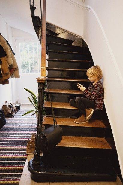 Escalier. C'est le contraste entre le bois de la marche, et le noir de la contre marche qui le rend aussi plaisant.