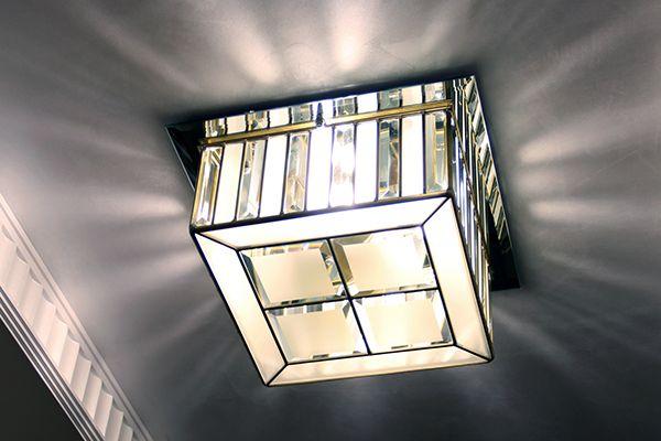Потолочные светильники и потолочный витраж в квартире.Светильники выполнены из фацетных стеклянных элементов, матового стекла (сатинато) и латунного профиля. За счет чередования прозрачных бевелсов и матового стекла свет расходится направленными лучами.…